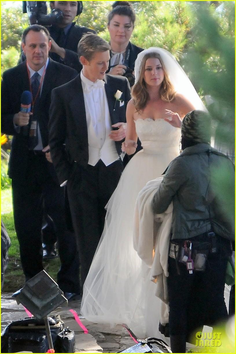 emily vancamp white wedding dress for revenge 112982609