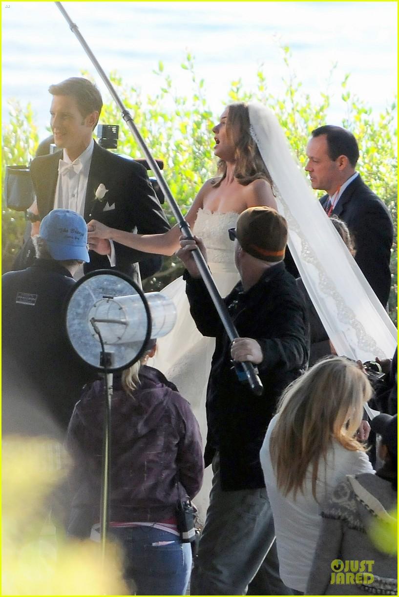 emily vancamp white wedding dress for revenge 132982611