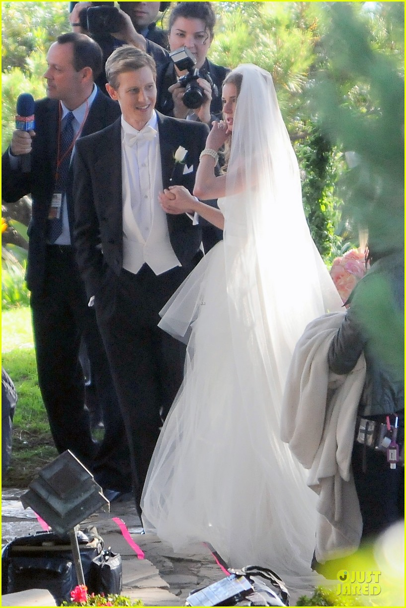 emily vancamp white wedding dress for revenge 142982612