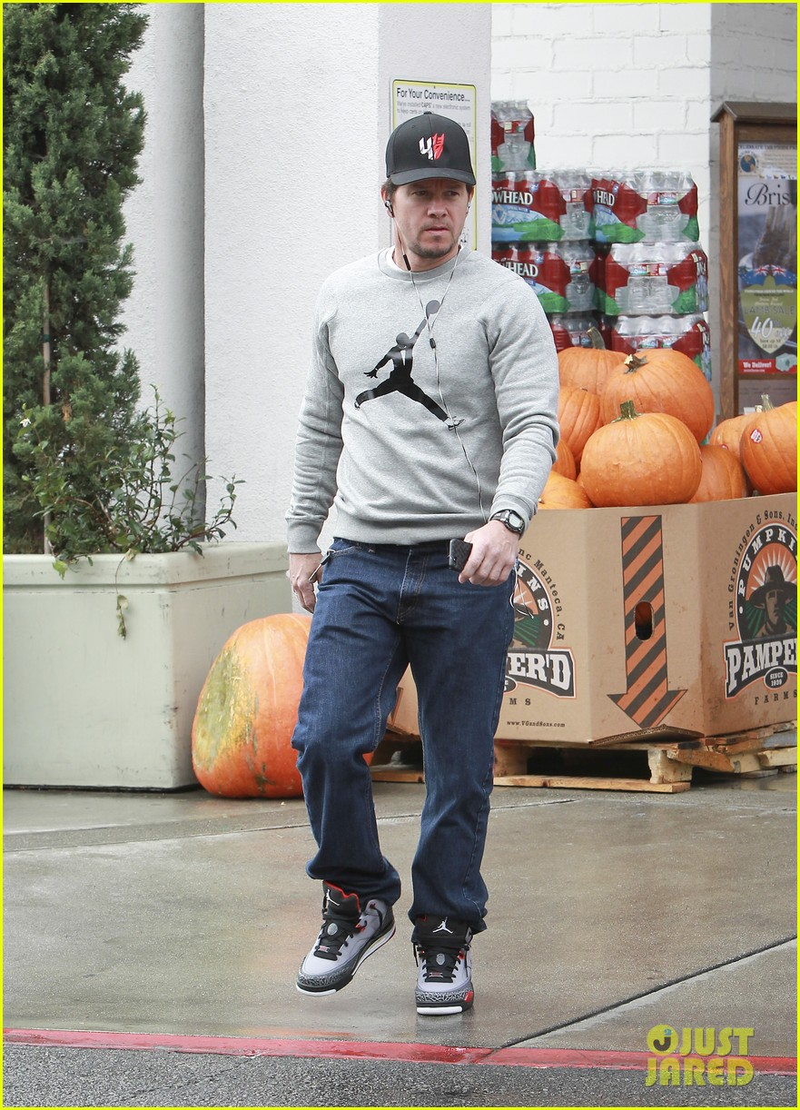mark wahlberg holds hands with wife rhea durham 092970171