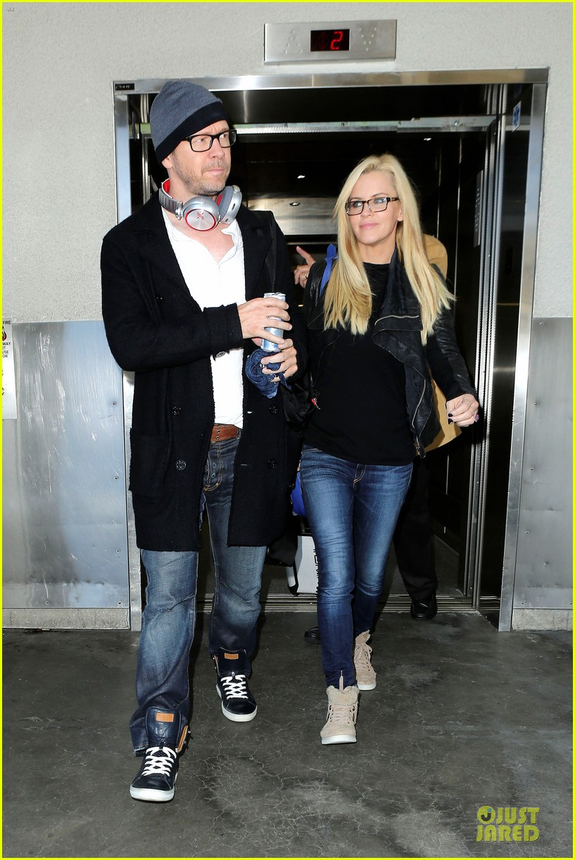 donnie wahlberg jenny mccarthy hold hands at lax airport 07