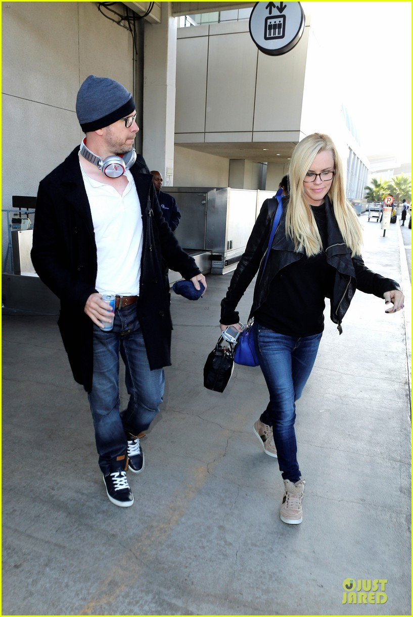 donnie wahlberg jenny mccarthy hold hands at lax airport 082970650