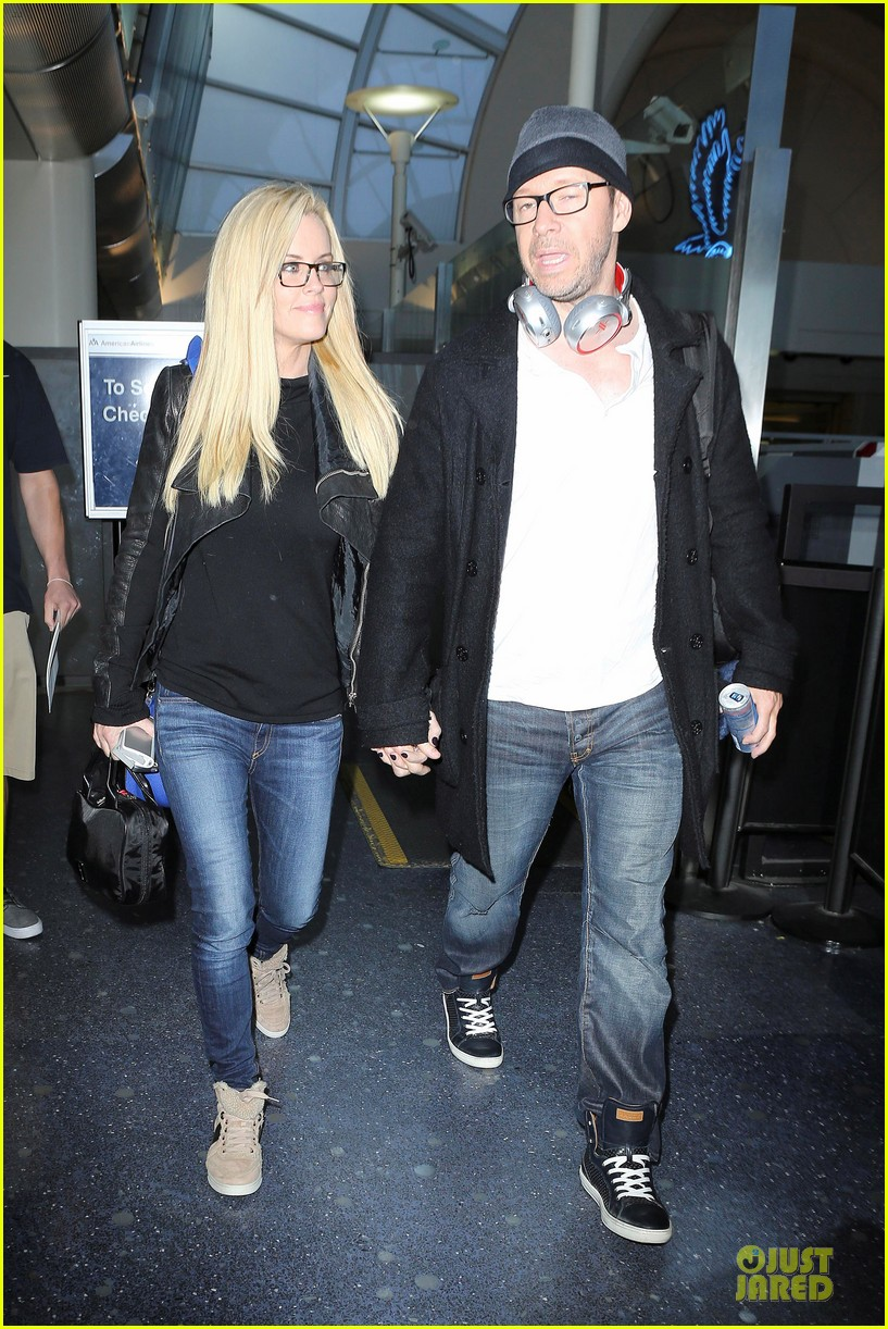 donnie wahlberg jenny mccarthy hold hands at lax airport 112970653