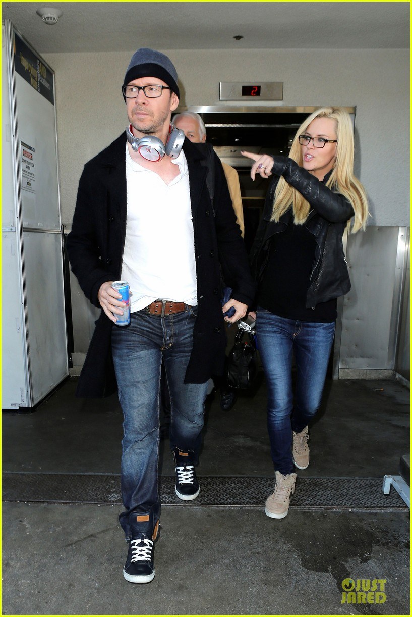 donnie wahlberg jenny mccarthy hold hands at lax airport 12