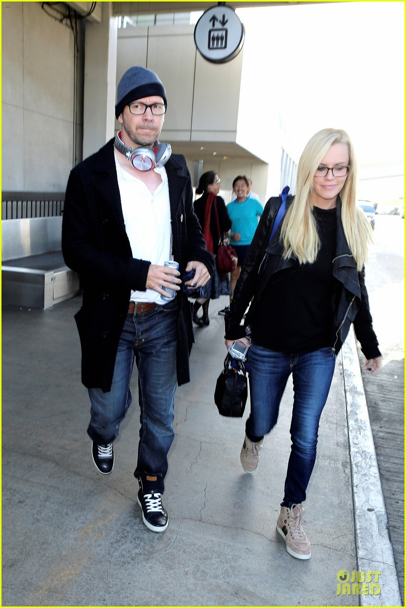donnie wahlberg jenny mccarthy hold hands at lax airport 142970656