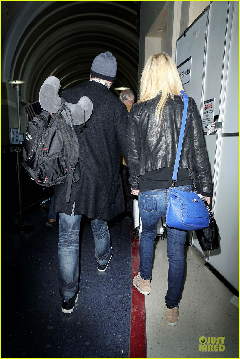 donnie wahlberg jenny mccarthy hold hands at lax airport 162970658
