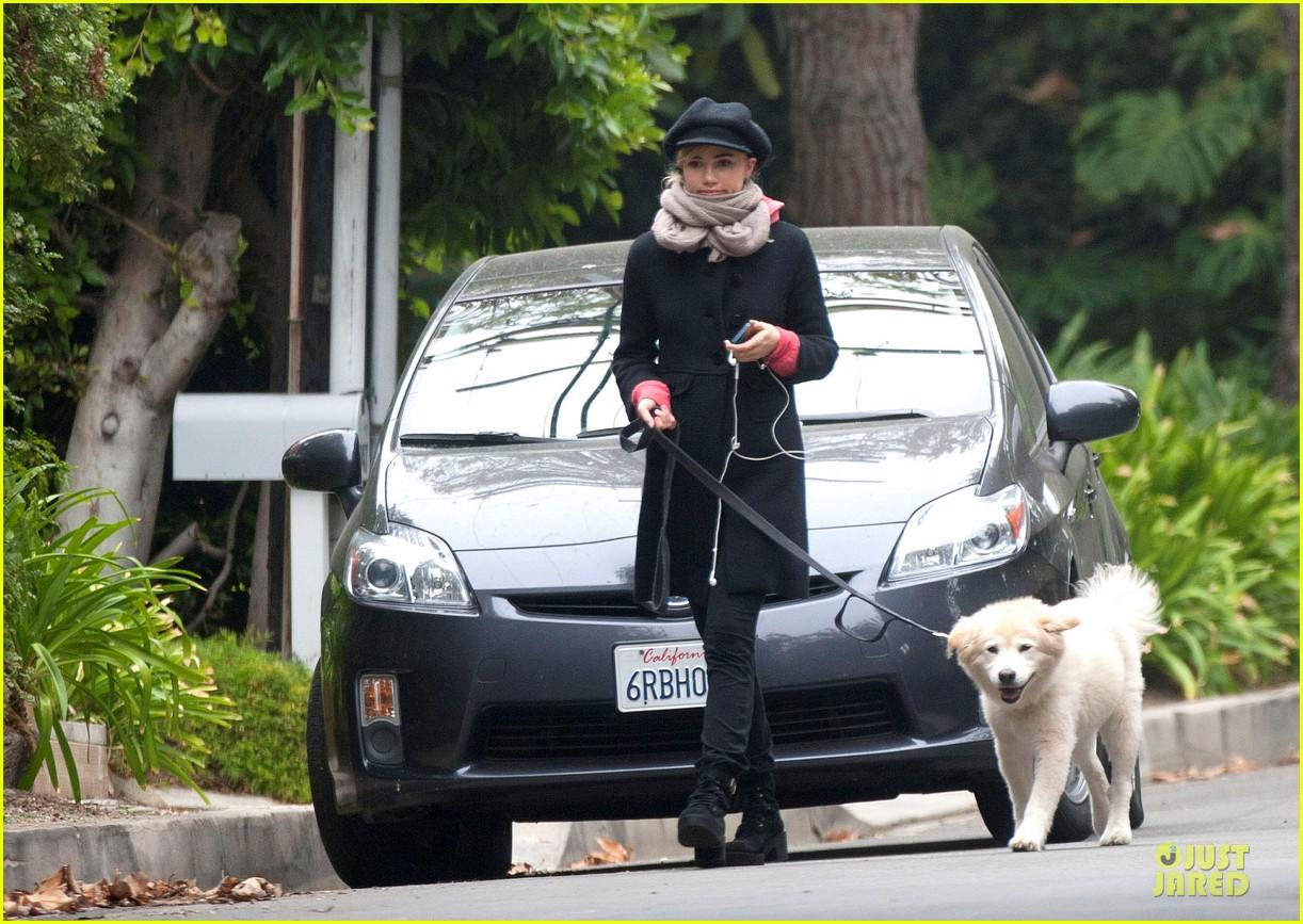 suki waterhouse walks bradley cooper dog charlotte 022981922