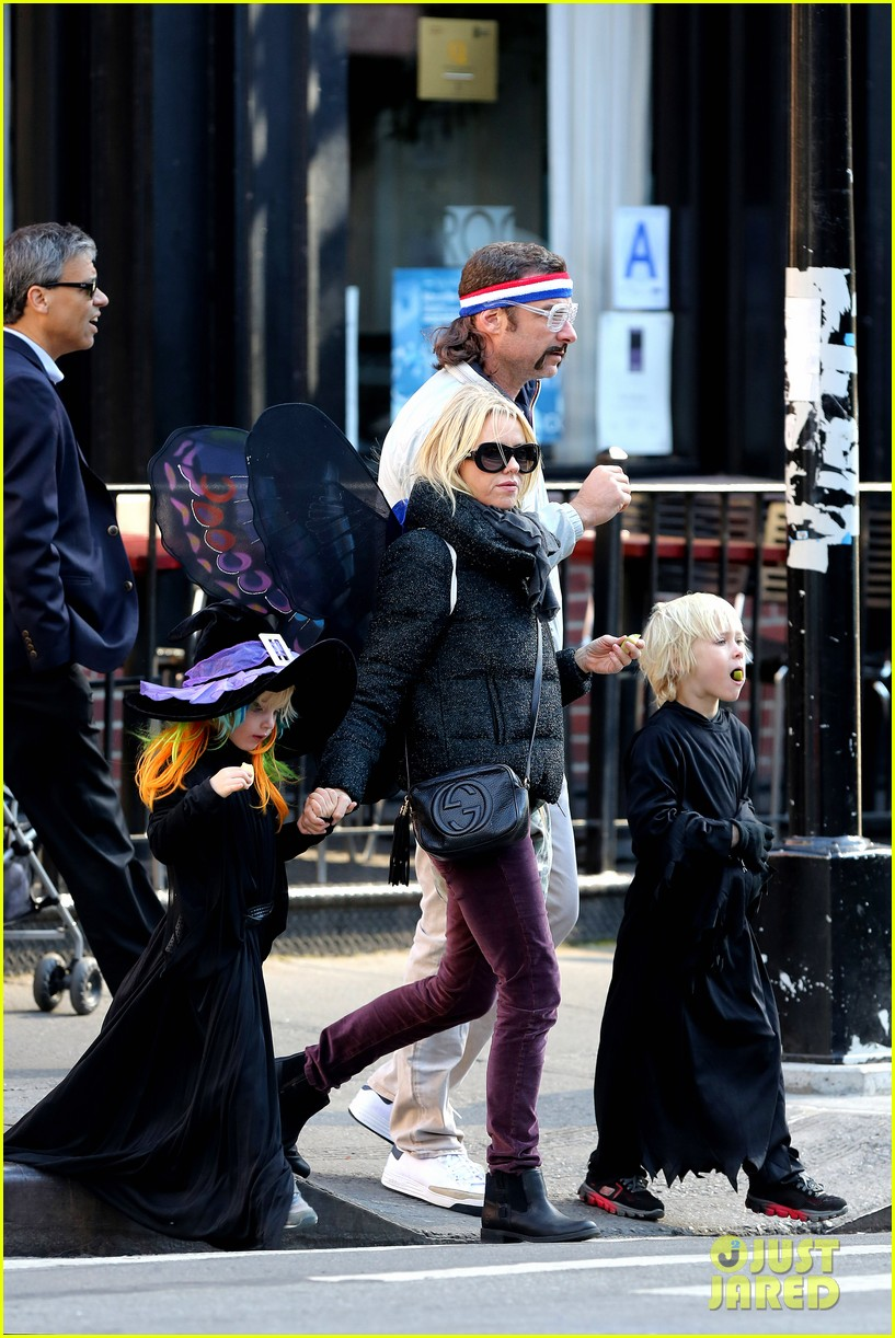naomi watts liev schreiber early halloween with the boys 262981524
