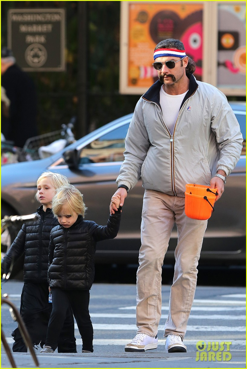 naomi watts liev schreiber early halloween with the boys 282981526