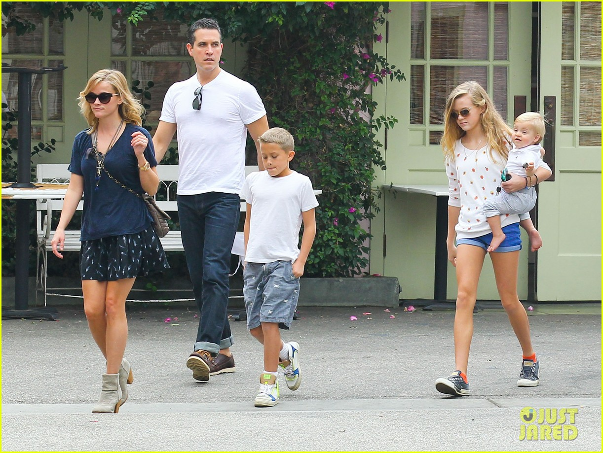 reese witherspoon jim toth saturday lunch with the kids 09