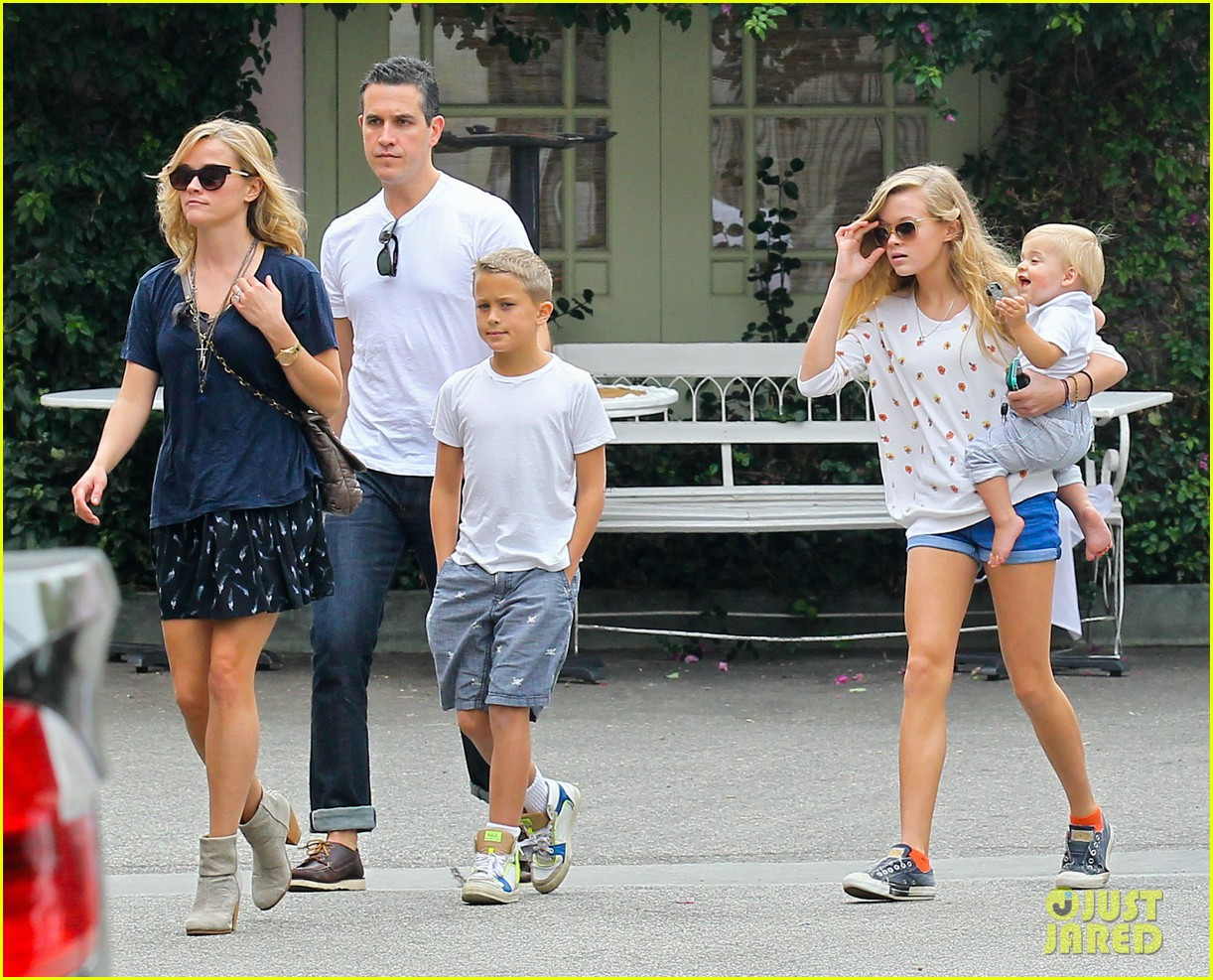 reese witherspoon jim toth saturday lunch with the kids 112975110