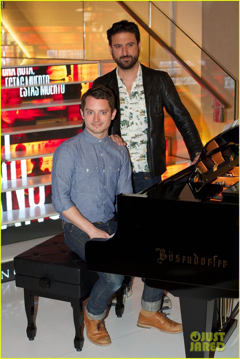 elijah wood grand piano promo in madrid 02