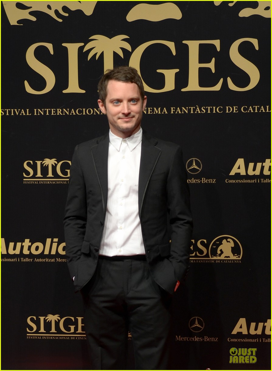 elijah wood grand piano photo call at sitges film fest 02