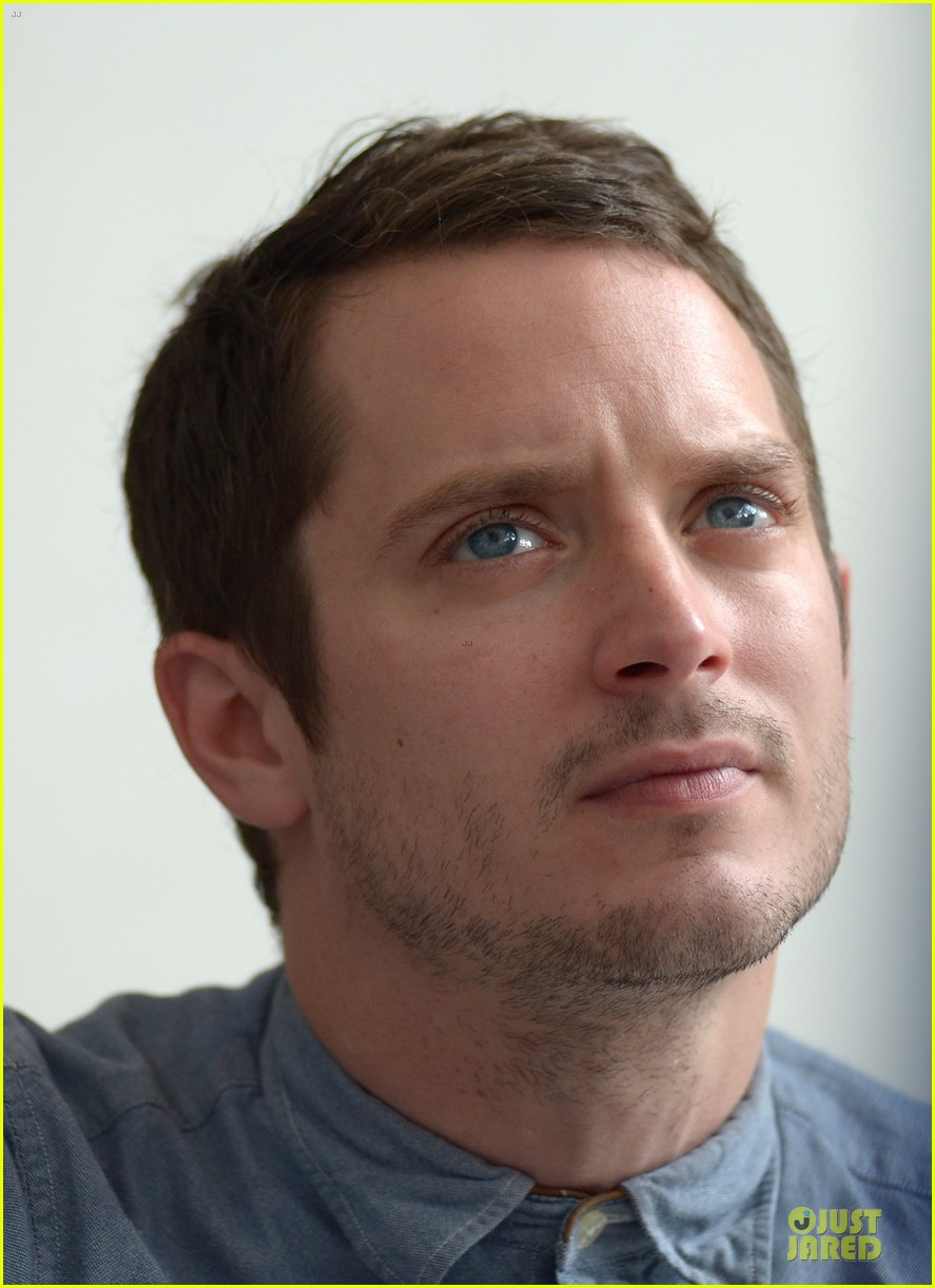 elijah wood grand piano photo call at sitges film fest 12