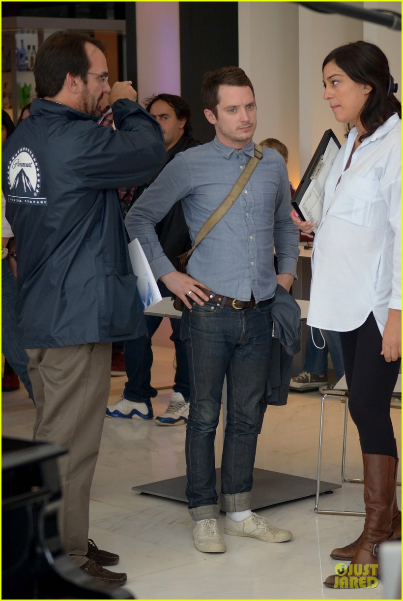 elijah wood grand piano photo call at sitges film fest 20