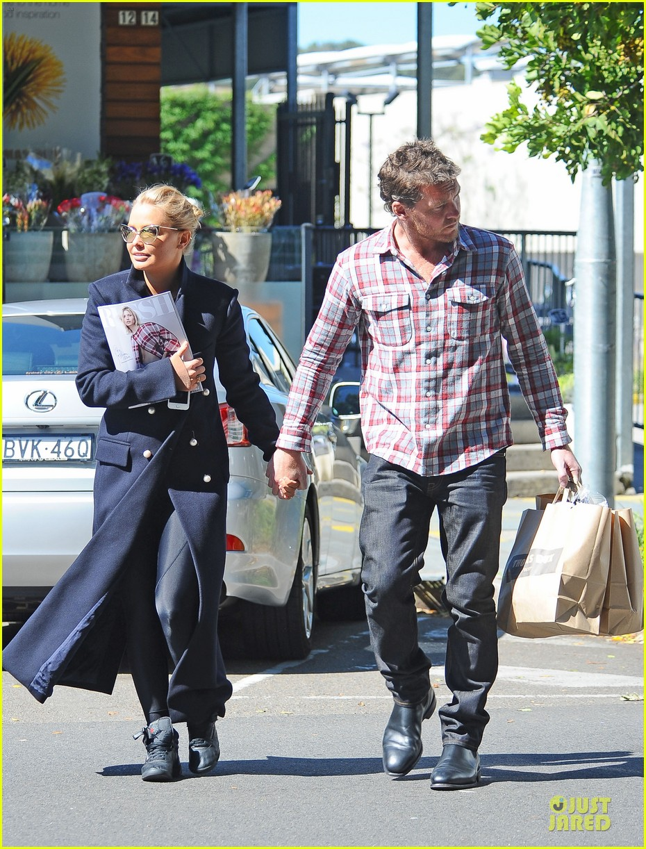 sam worthington lara bingle hold hands at grocery store 01