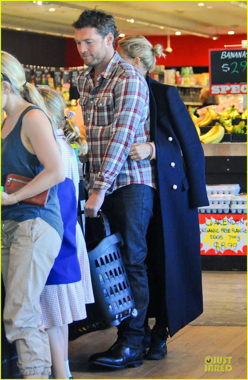 sam worthington lara bingle hold hands at grocery store 032972260
