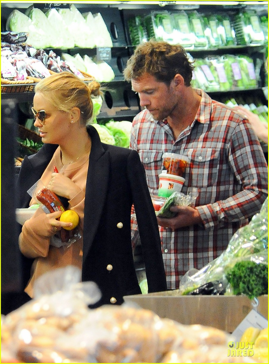 sam worthington lara bingle hold hands at grocery store 042972261