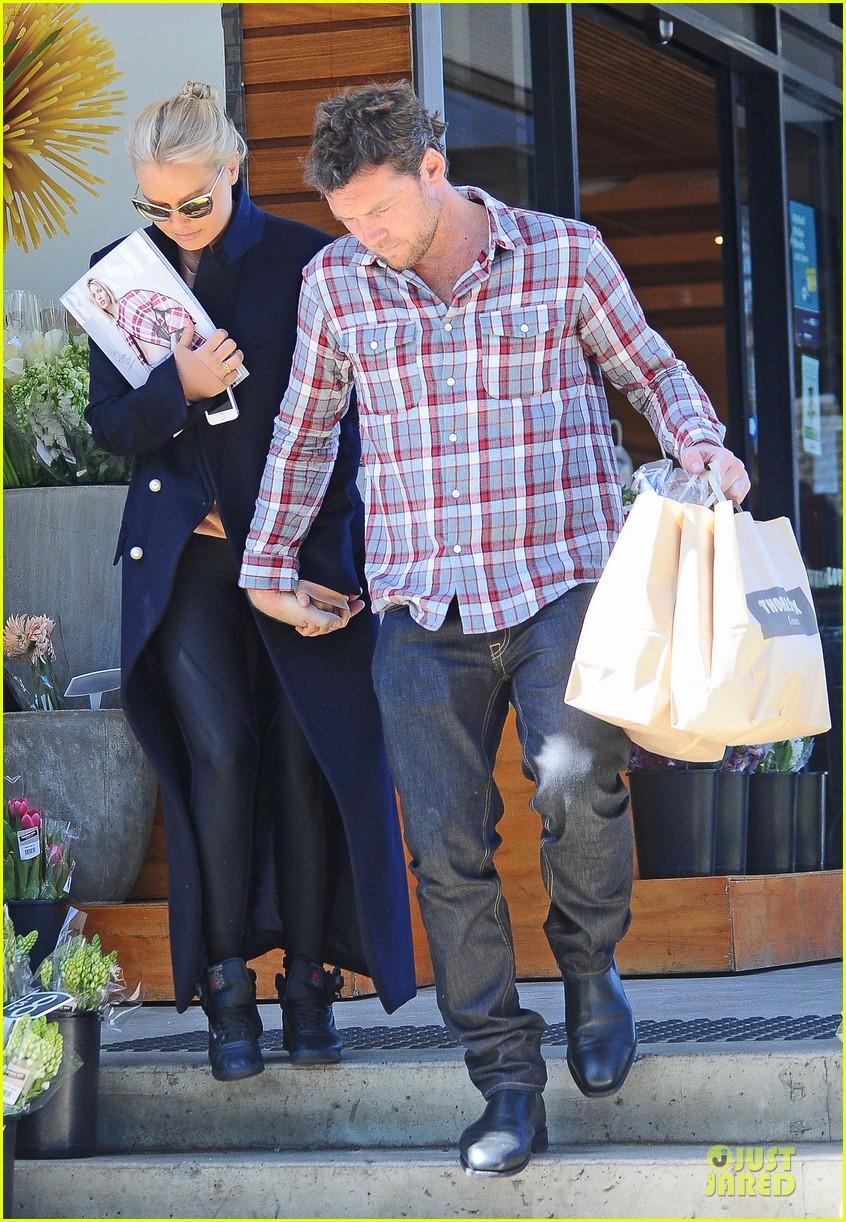 sam worthington lara bingle hold hands at grocery store 062972263