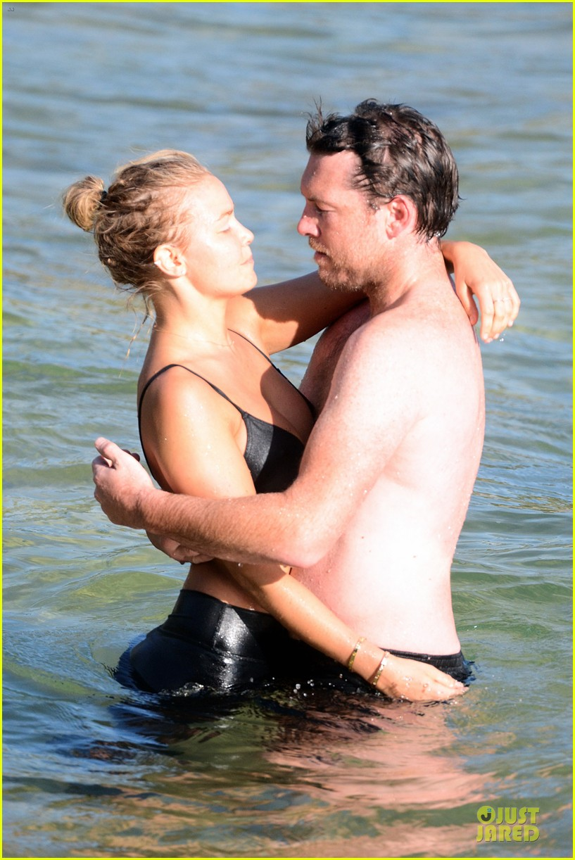 shirtless sam worthington laura bingle beach kissing couple 112969721