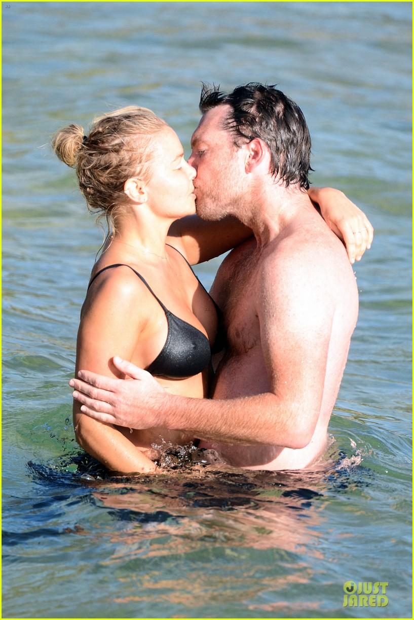 shirtless sam worthington laura bingle beach kissing couple 122969722