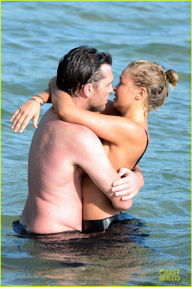 shirtless sam worthington laura bingle beach kissing couple 16