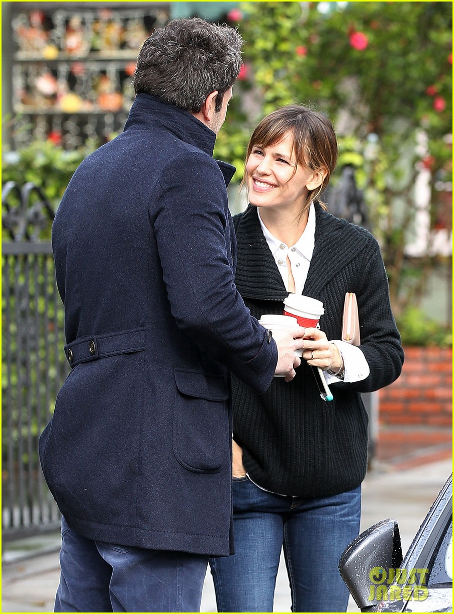 ben affleck opens car door for jennifer garner 023002237
