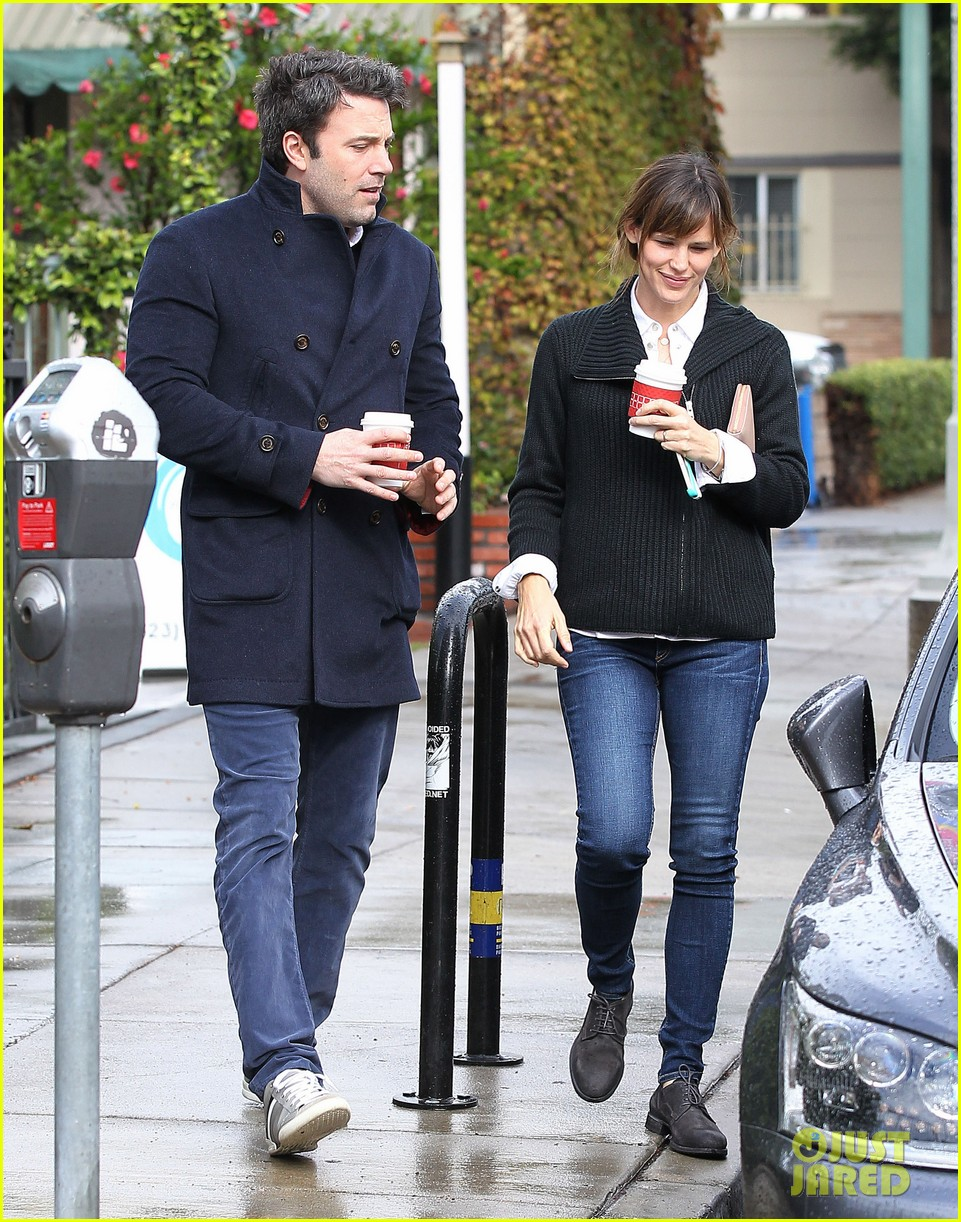 ben affleck opens car door for jennifer garner 113002246