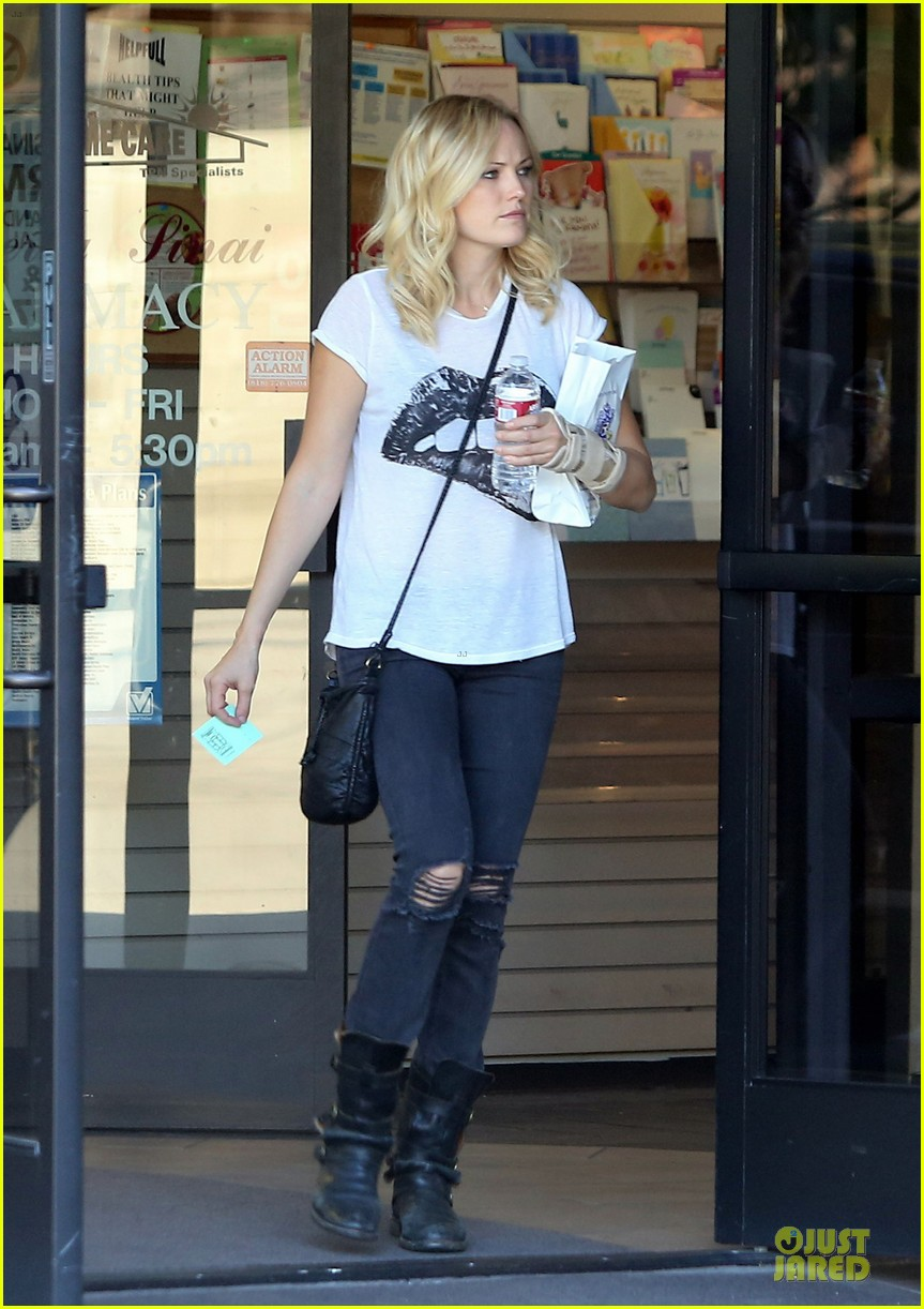 malin akerman wears arm brace after doctors visit 012984837