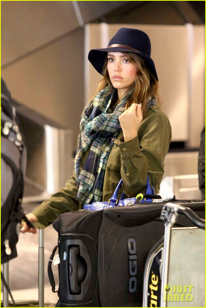 jessica alba flies home for the holiday 02