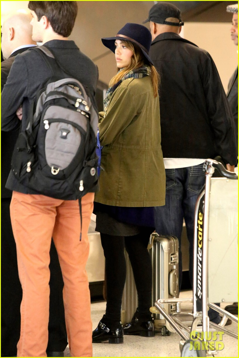jessica alba flies home for the holiday 033000748