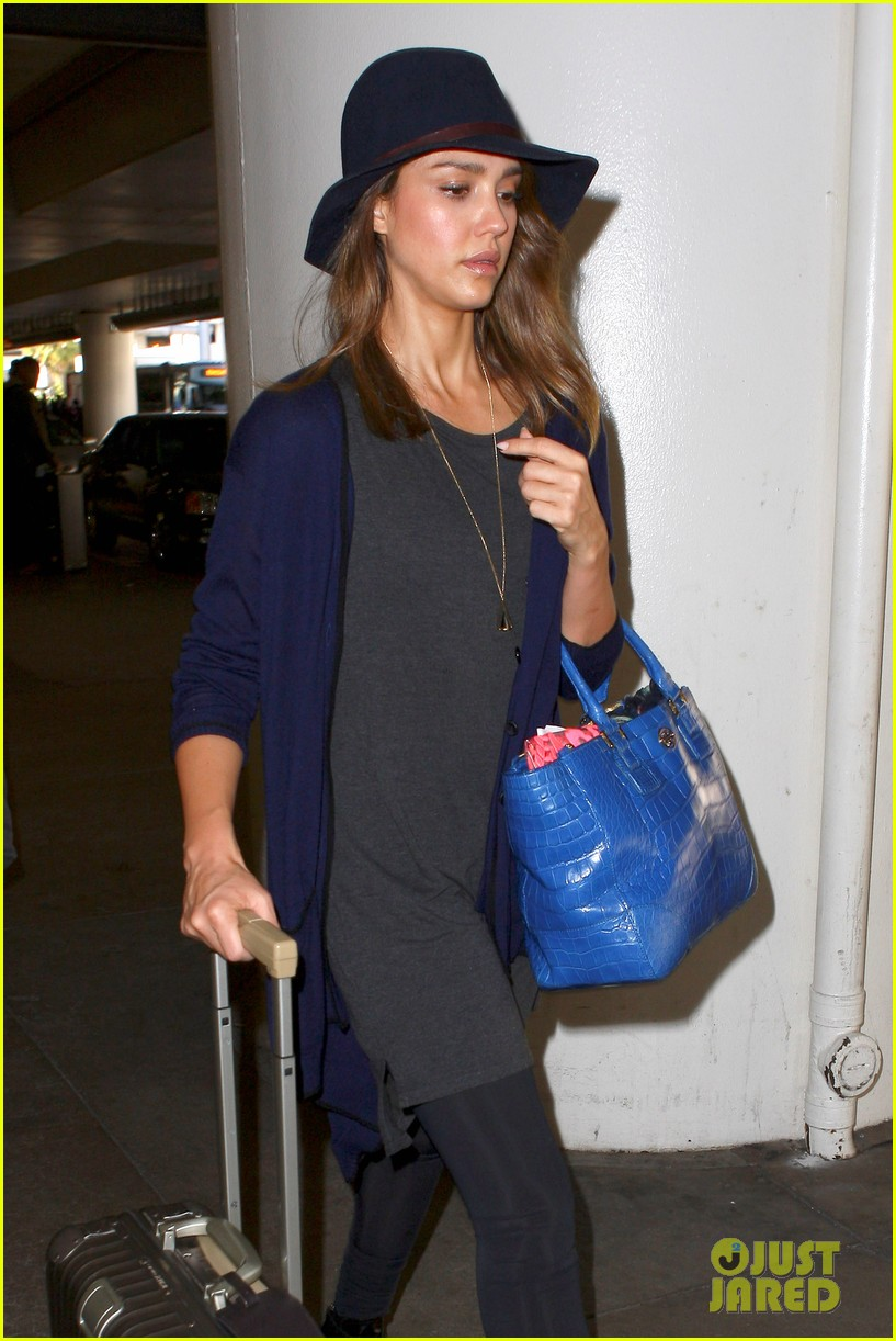 jessica alba flies home for the holiday 043000749