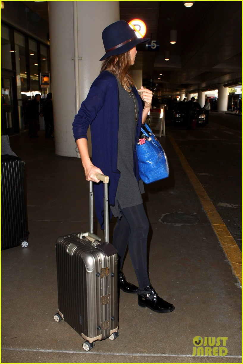 jessica alba flies home for the holiday 053000750