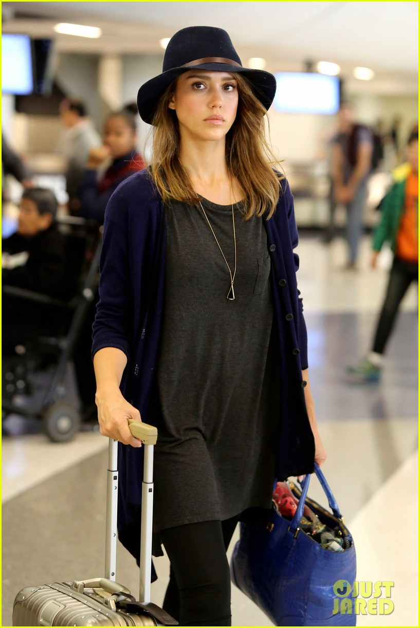 jessica alba flies home for the holiday 063000751