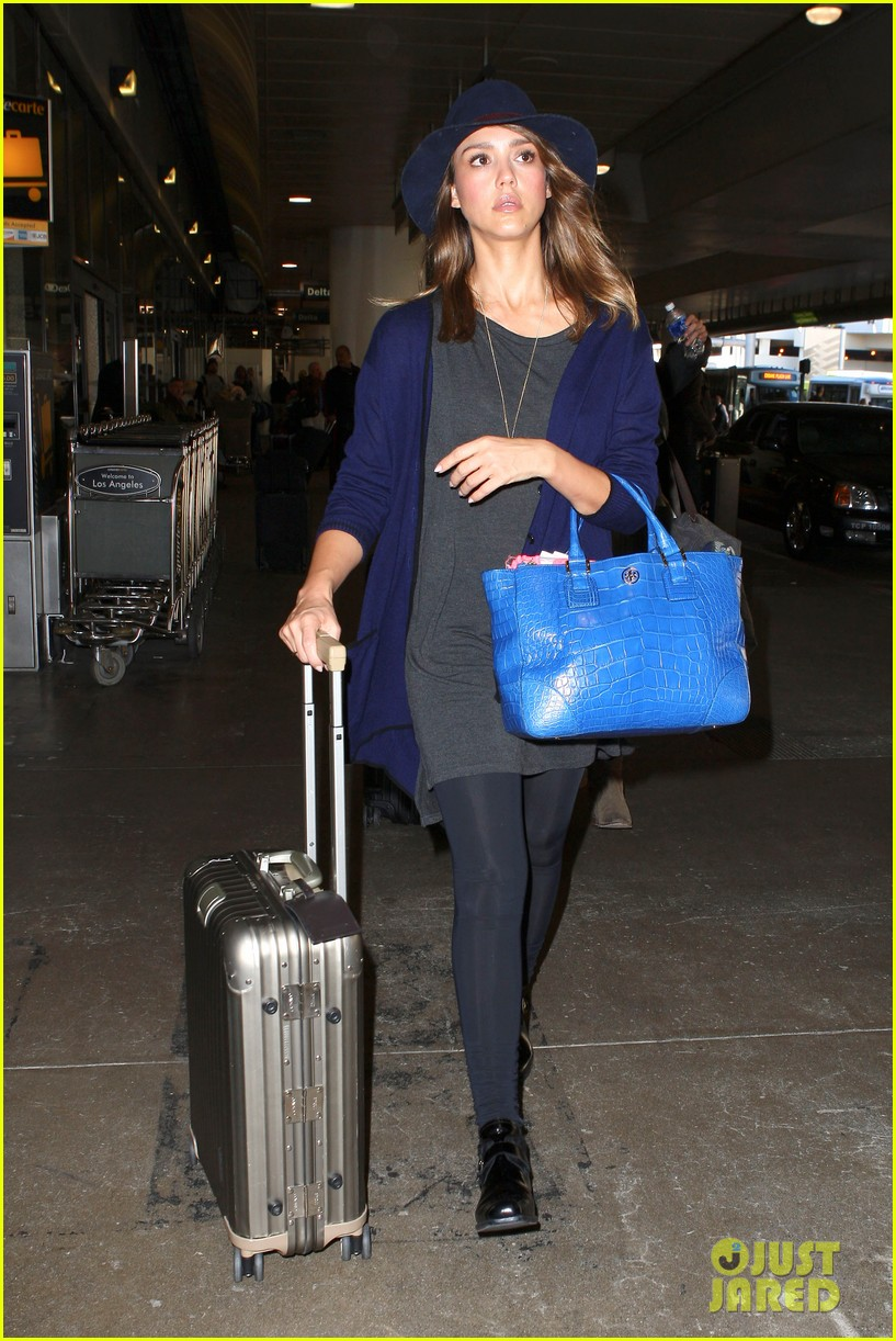 jessica alba flies home for the holiday 073000752
