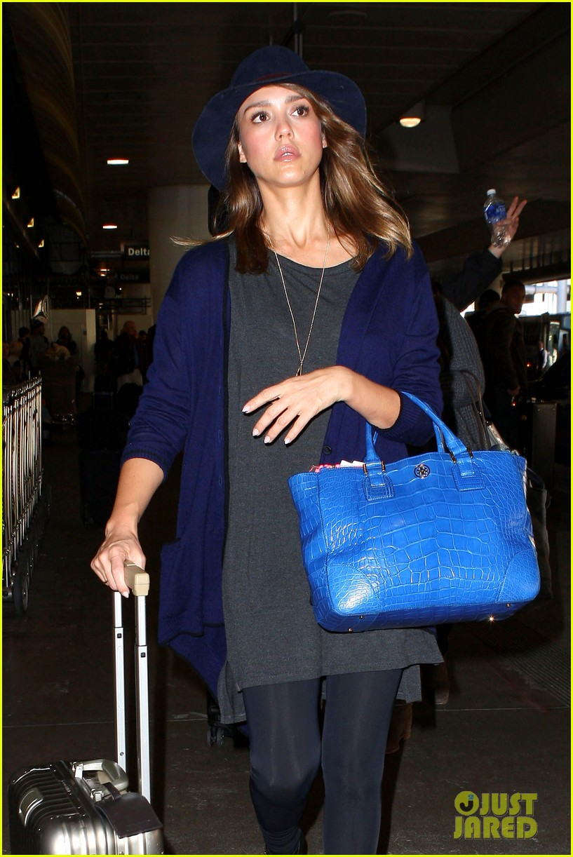 jessica alba flies home for the holiday 083000753