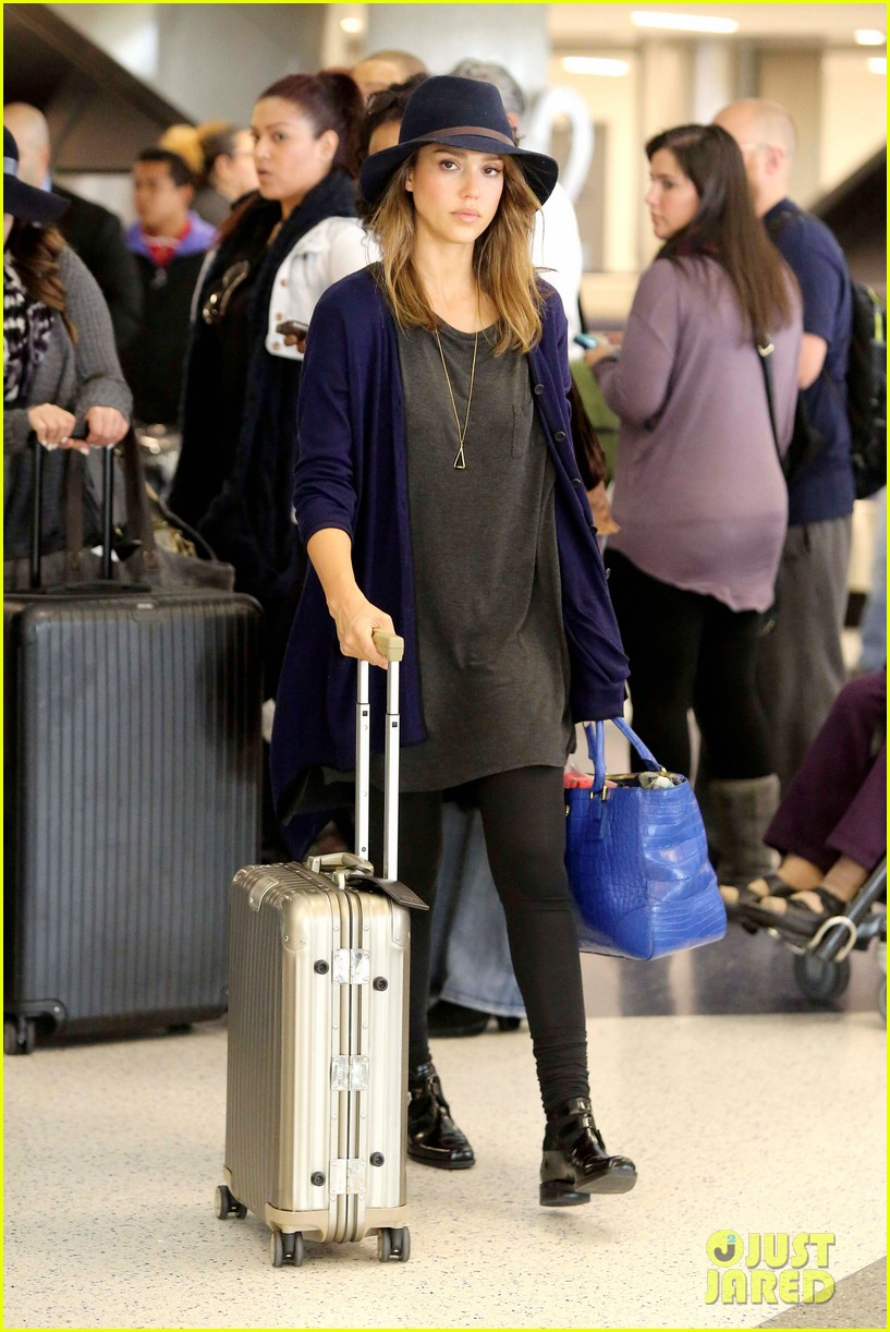 jessica alba flies home for the holiday 123000757