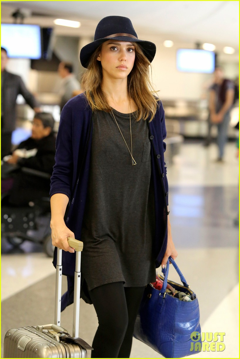 jessica alba flies home for the holiday 133000758