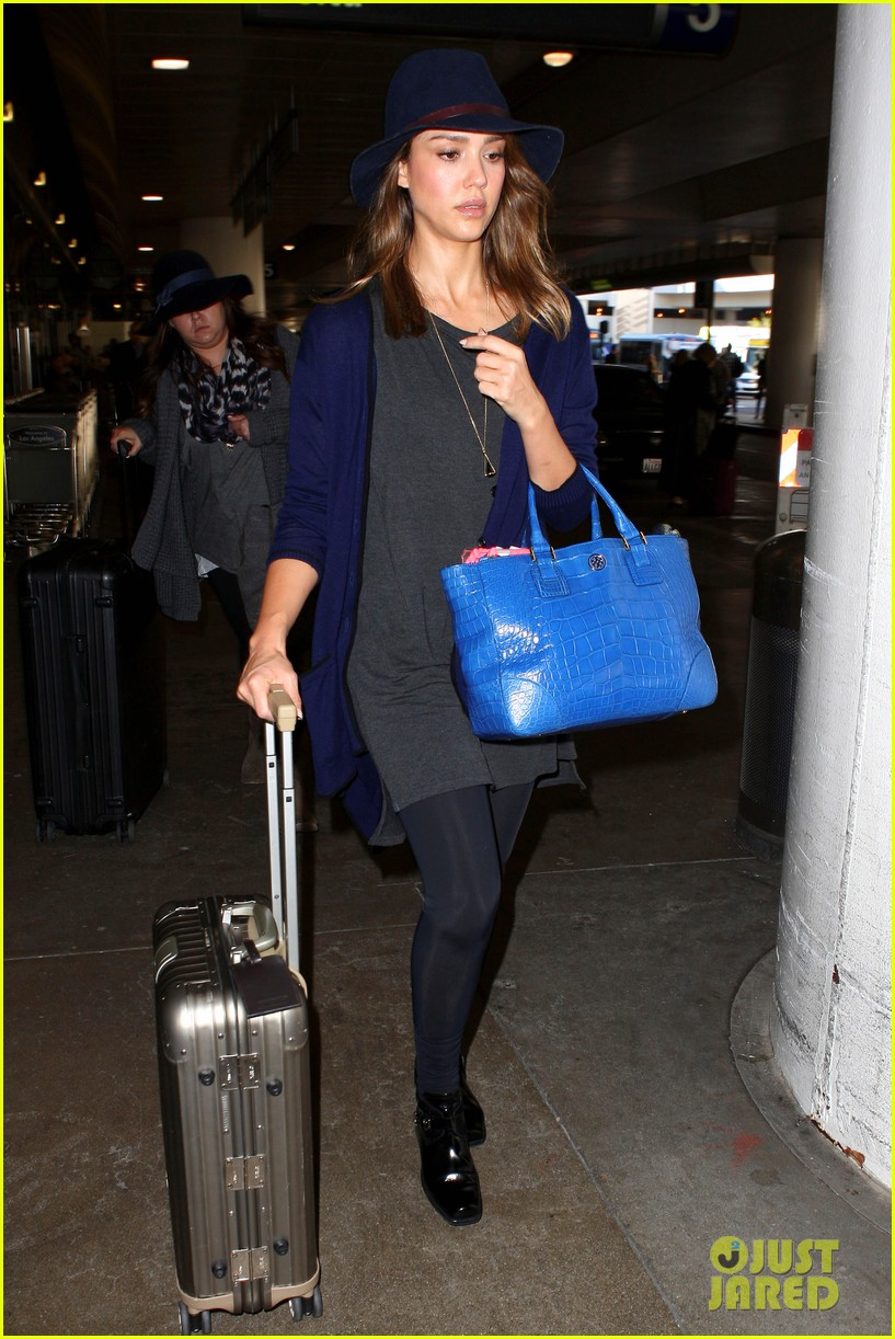 jessica alba flies home for the holiday 183000763