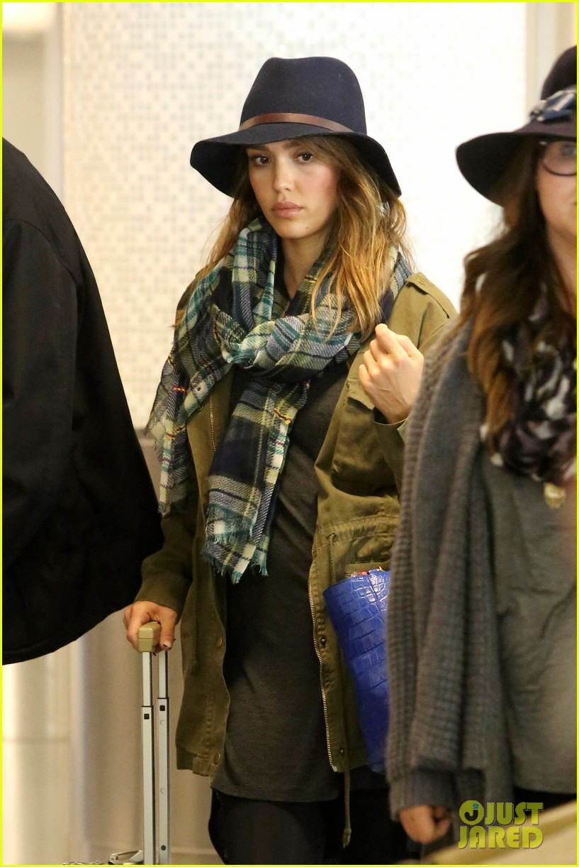 jessica alba flies home for the holiday 233000768