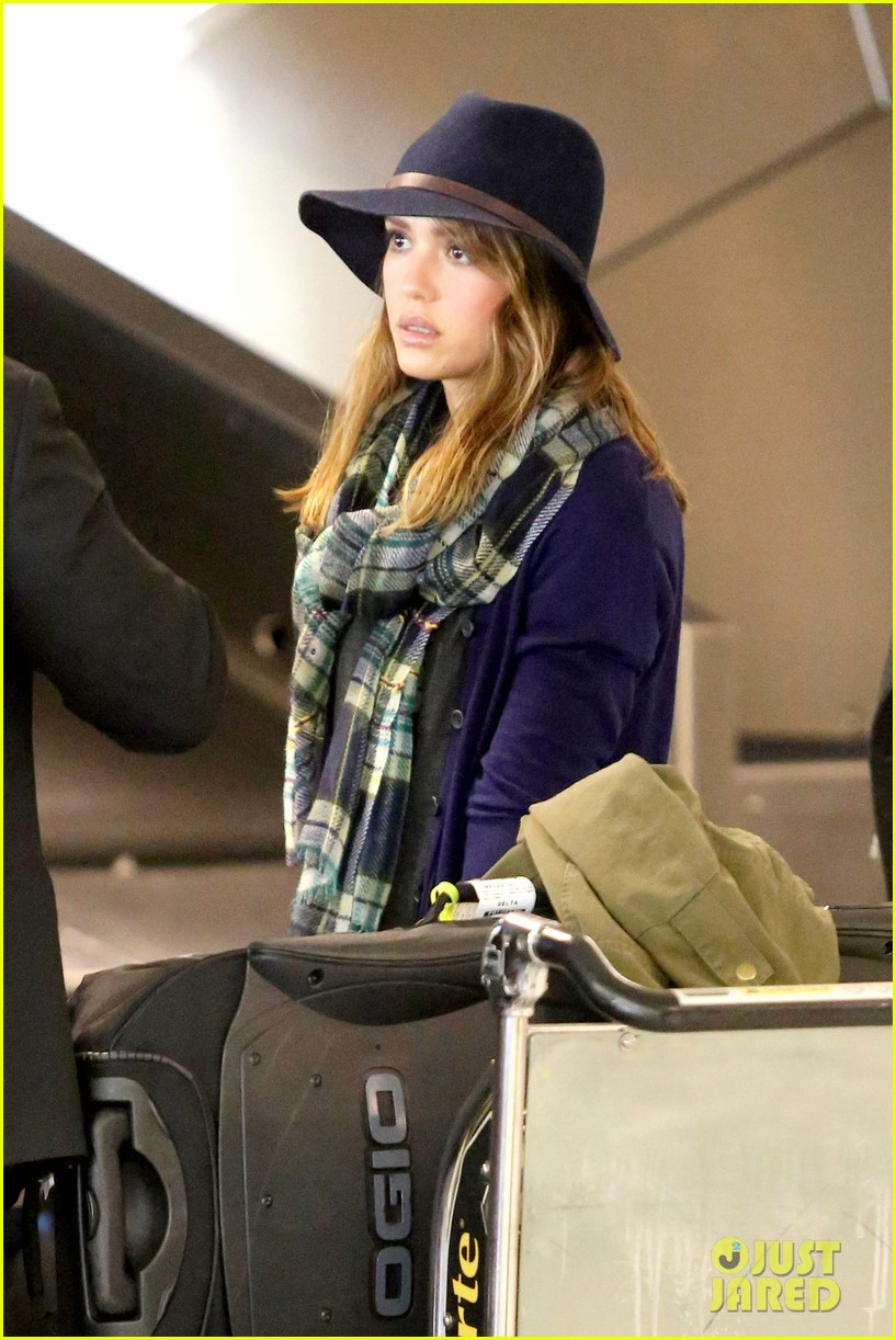 jessica alba flies home for the holiday 253000770