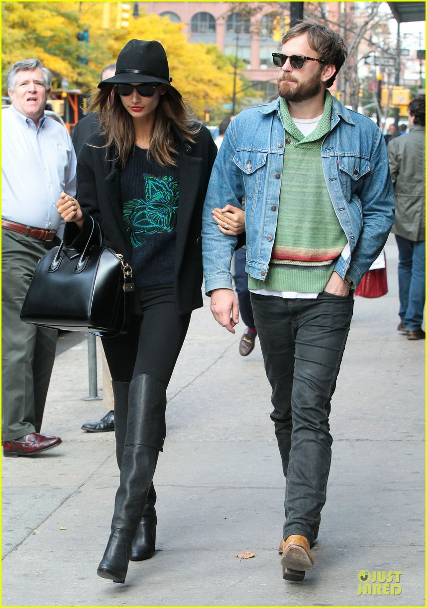 lily aldridge caleb followill set to participate in st jude give thanks walk 03