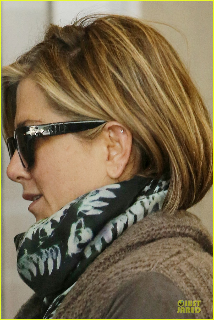 jennifer aniston rocks short hair for skin care clinic 042993609