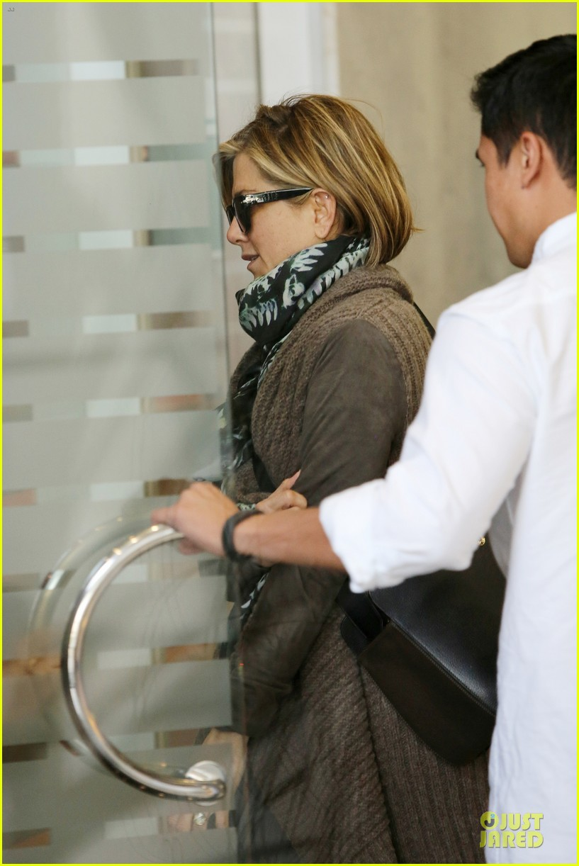 jennifer aniston rocks short hair for skin care clinic 092993614