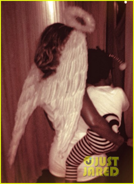 beyonce dresses as angel for halloween costume with blue ivy 04
