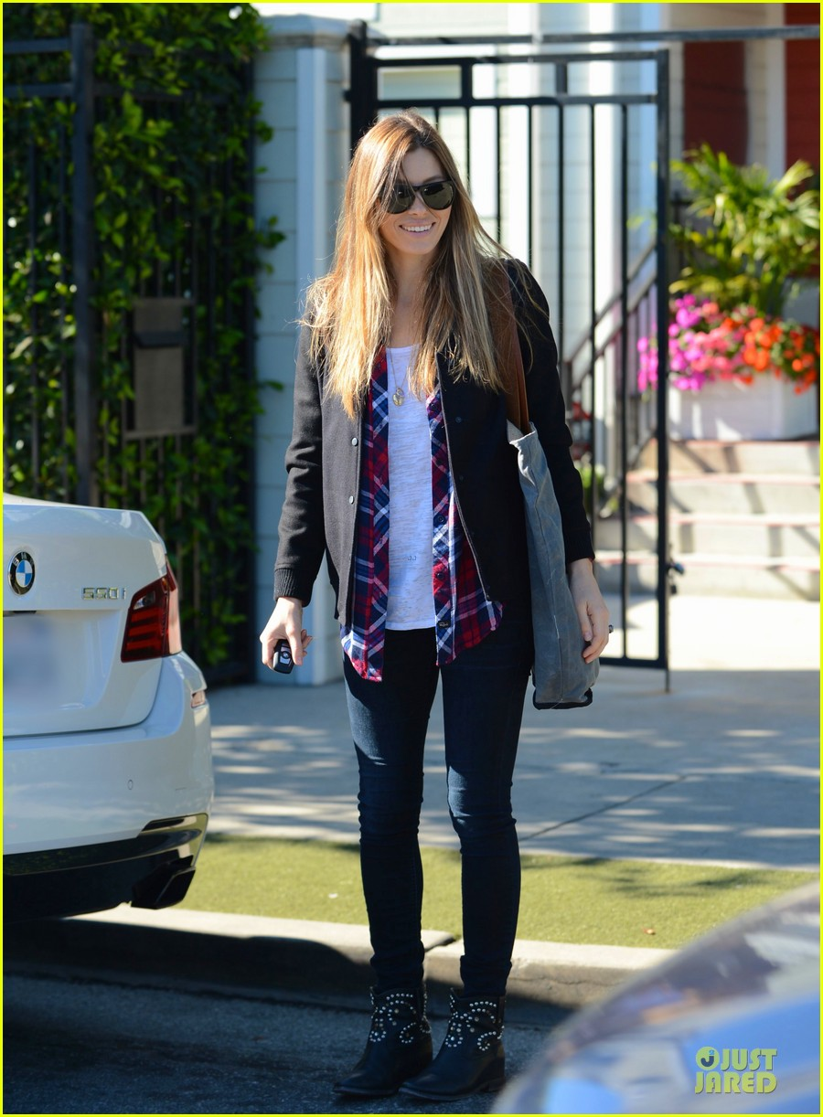 jessica biel visits friend after staying home from the amas 033000182