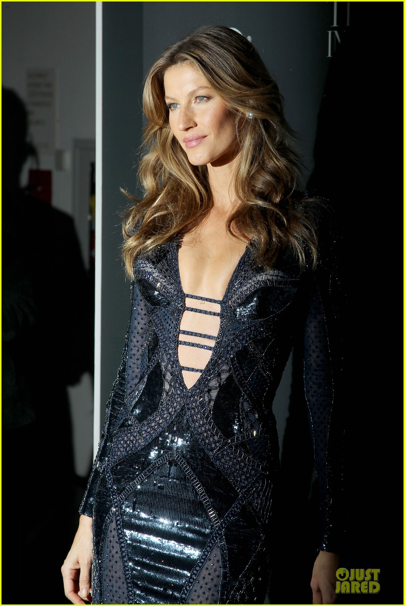 gisele bundchen plunging neckline at wsj magazine awards 06