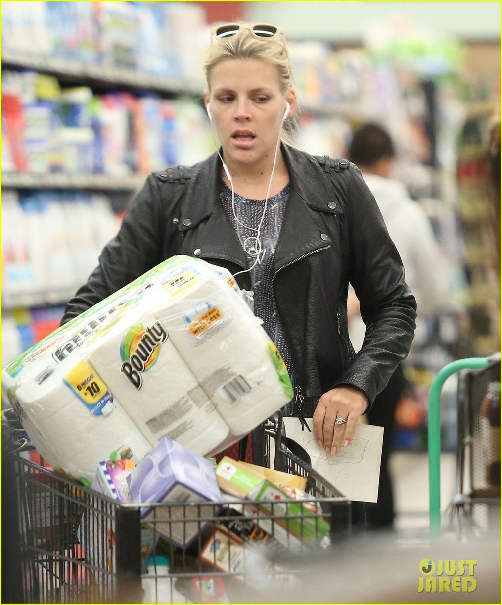 busy philipps stocks up on groceries before thanksgiving 043000699