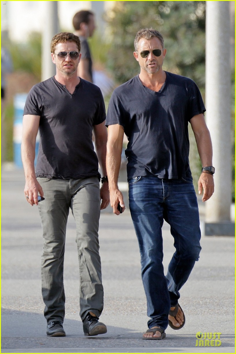 gerard butler chats in la after f1 championships 012995557