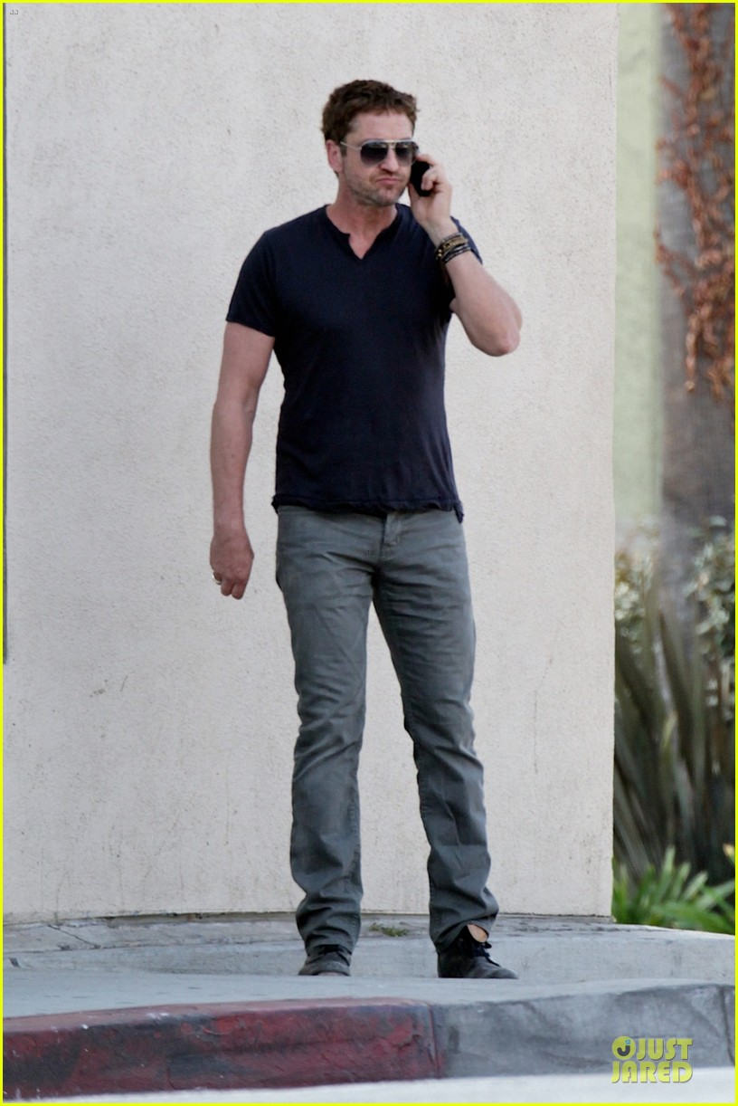 gerard butler chats in la after f1 championships 032995559